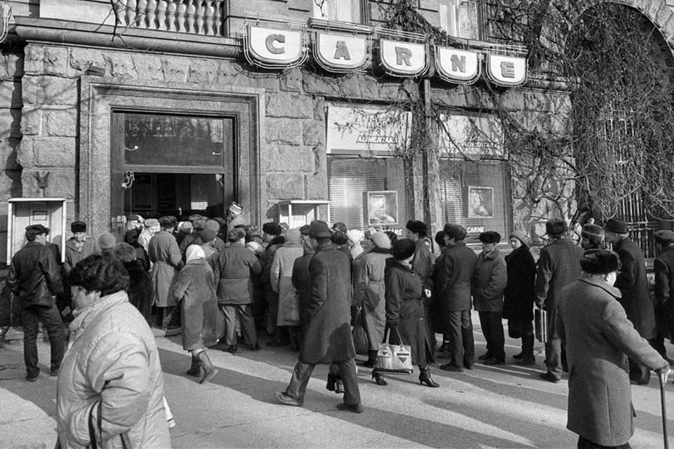 Raiul comunist: cozile la magazinele alimentare