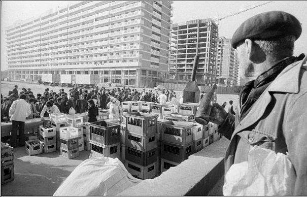 Raiul comunist: se statea la cozi pentru orice, de la ulei pana la bere