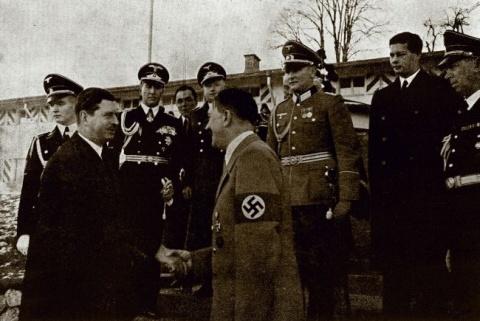 De la stanga: Carol al II-lea, Hitler, regele Mihai (in plan indepartat)