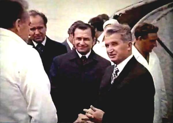 Ion Iliescu (stanga) si Nicolae Ceausescu