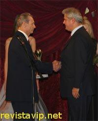 Regele Mihai acordandu-i un premiu puscariasului Adrian Nastase