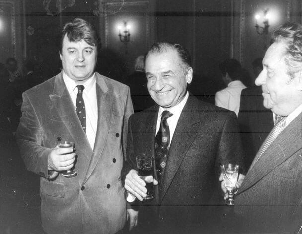Vadim Tudor (stanga) si Ion Iliescu (in mijloc)