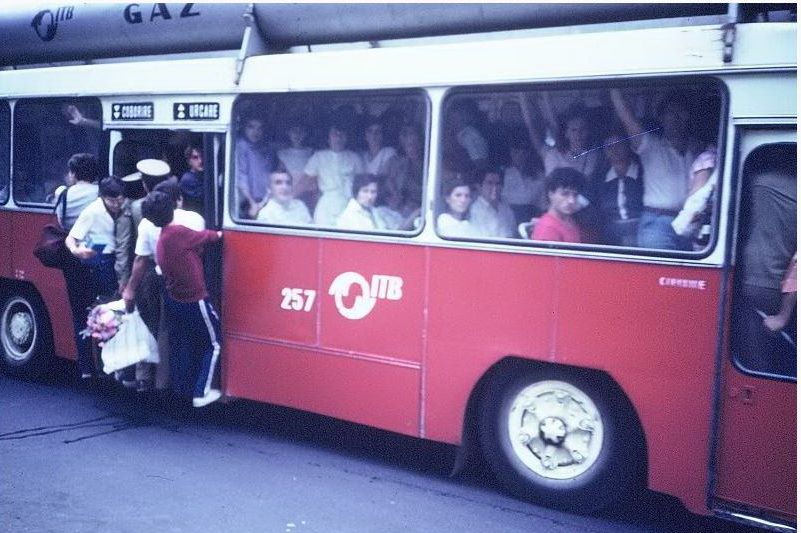 Raiul comunist: pe scarile autobuzelor supraaglomerate